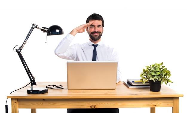 Empresário em seu escritório saudando