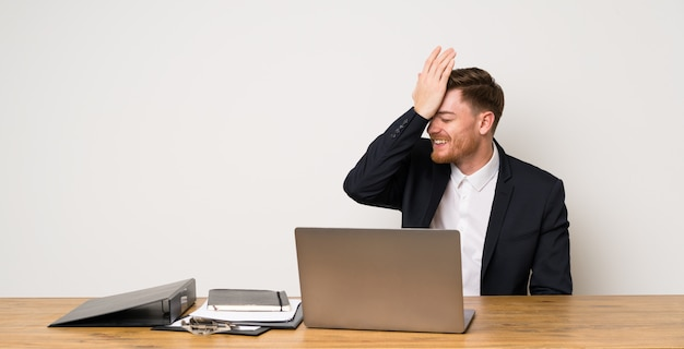 Empresário em um escritório percebeu algo e pretendendo a solução