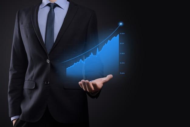 Empresário em um fundo preto pressiona, pressiona um dedo em uma seta de crescimento positivo