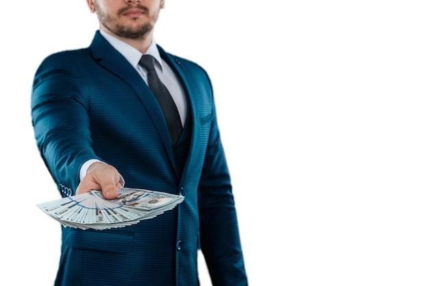 Empresário em um terno de negócio com dólares isolados nas mãos
