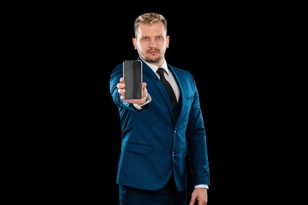 Empresário em um terno segurando um smartphone close-up
