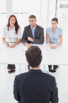 Empresário em uma entrevista de emprego com os empregadores