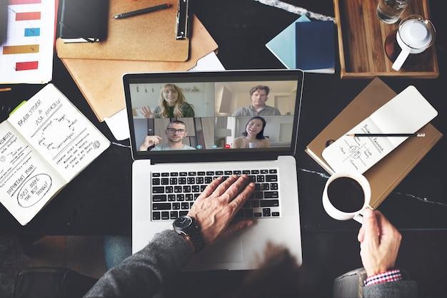 Empresário em videoconferência enquanto trabalhava em casa durante a pandemia do coronavírus