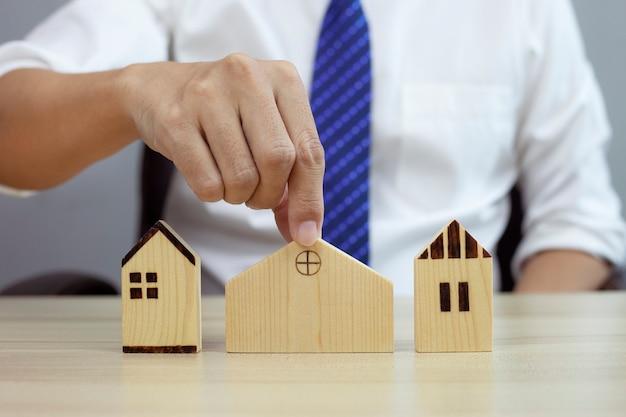 Empresário escolhendo modelo de casa e planejando comprar um imóvel