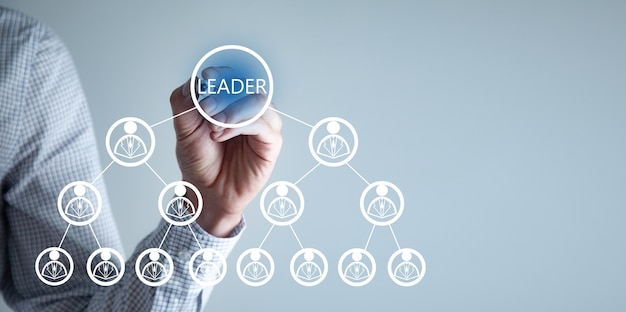 Empresário escreve na tela. conceito de líder