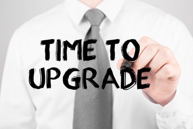 Empresário escrevendo a palavra hora de atualizar com marcador, conceito de negócio