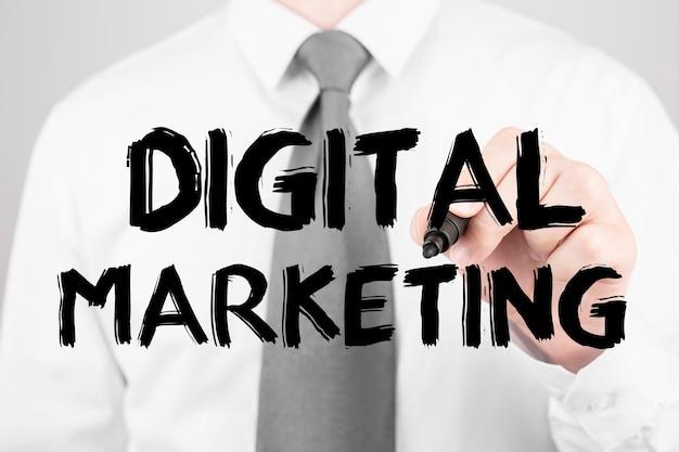 Empresário escrevendo palavra marketing digital com marcador, conceito de negócio