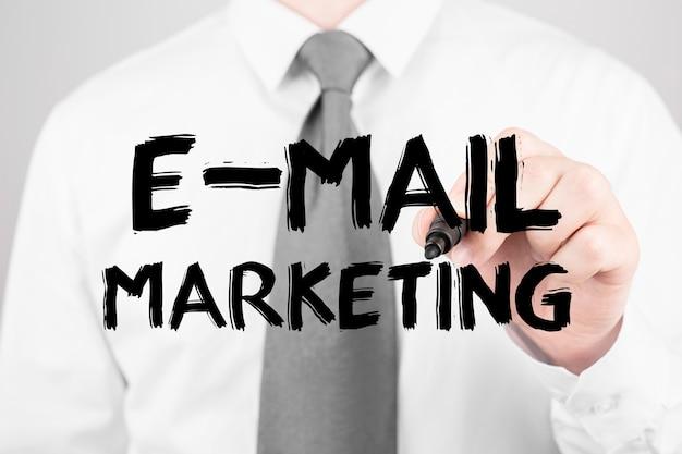 Empresário escrevendo word email marketing com marcador, conceito de negócio