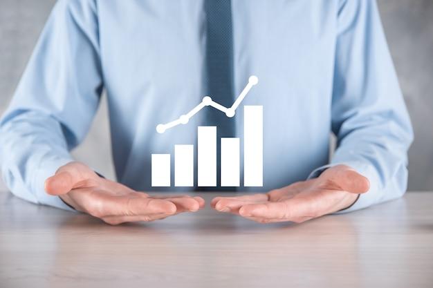 Empresário espera desenhando no gráfico de crescimento de tela, seta do ícone de crescimento positivo