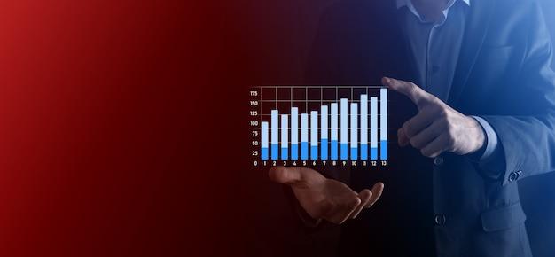 Empresário espera desenho no gráfico crescente de tela, seta do ícone de crescimento positivo. apontando para o gráfico de negócios criativos com setas para cima. conceito de crescimento financeiro, de negócios.