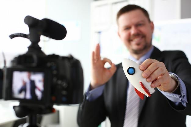 Empresário espera foguete na mão closeup