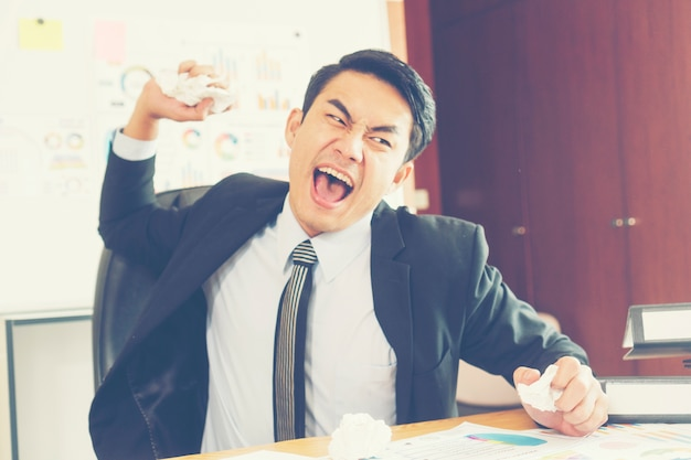Empresário está desapontado por perder em situação de negócios