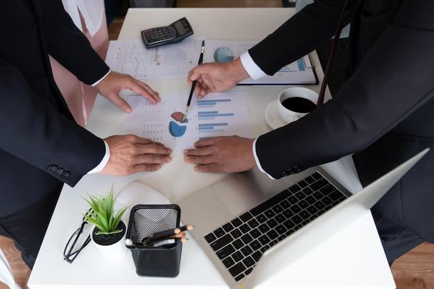 Empresário está discutindo seus negócios no escritório