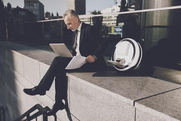 Empresário está usando um computador portátil