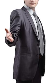 Empresário estende a mão para cumprimentar