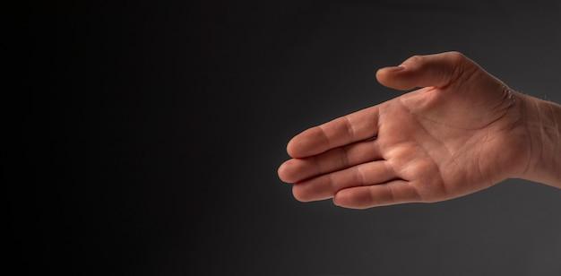 Empresário estendeu a mão para um aperto de mão, vista lateral.