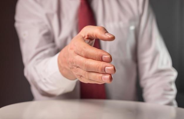 Empresário estendeu a mão para um aperto de mão