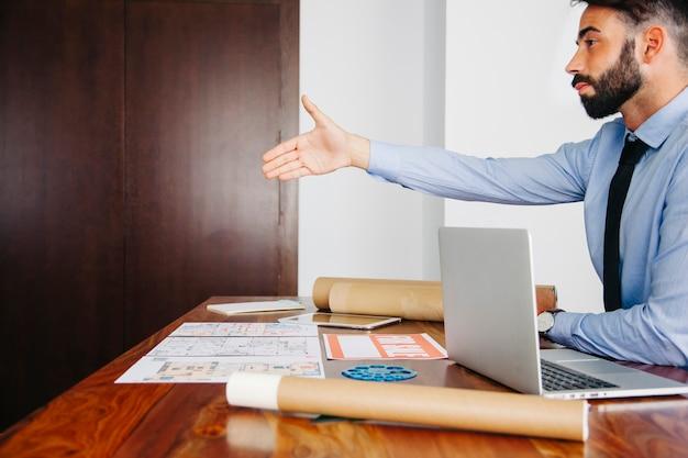 Empresário esticando a mão