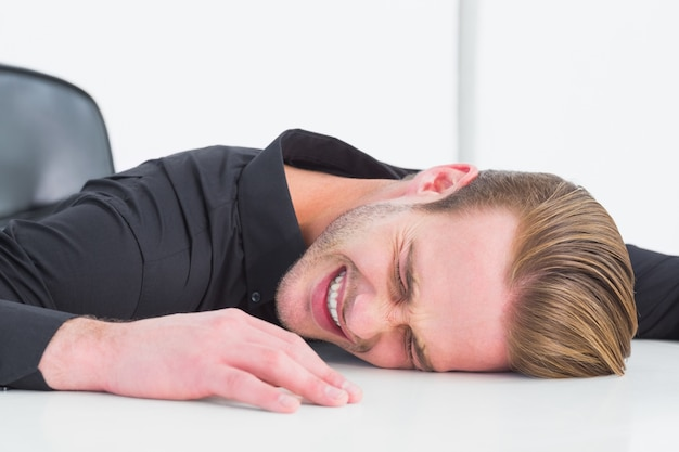 Empresário estressado batendo a cabeça