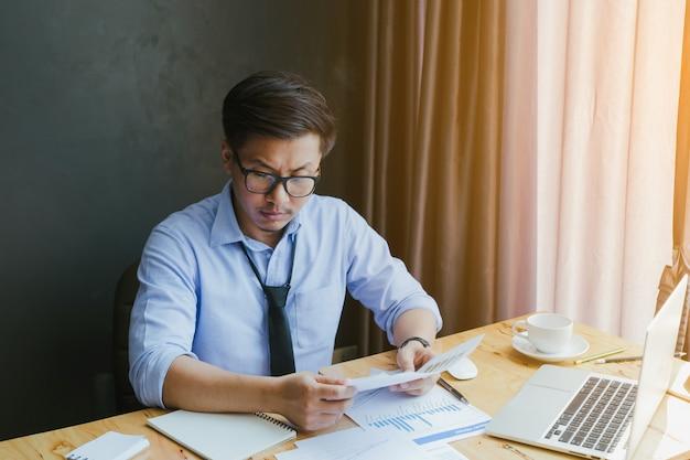 Empresário estressado frustrado no resultado do negócio.