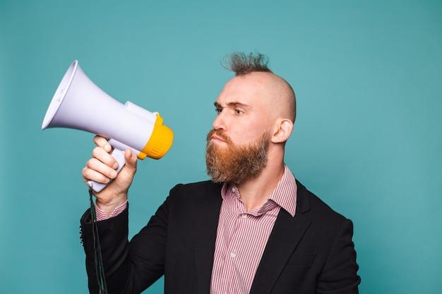 Empresário europeu barbudo em terno escuro isolado, com megafone