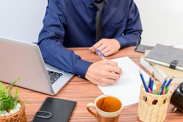 Empresário examina os documentos na mesa da sala