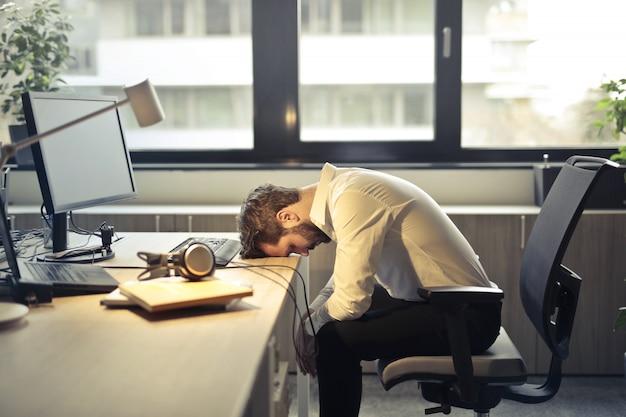 Empresário exausto cansado