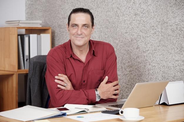 Empresário executivo bem sucedido no escritório