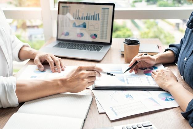 Empresário, explicando novas tendências em um documento