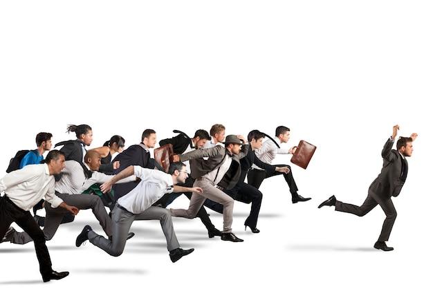 Empresário exulta ao vencer durante uma corrida com oponentes