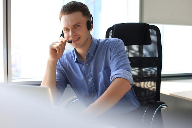 Empresário fala em videochamada com colegas em instruções on-line durante o auto-isolamento e a quarentena. epidemia de gripe e covid-19