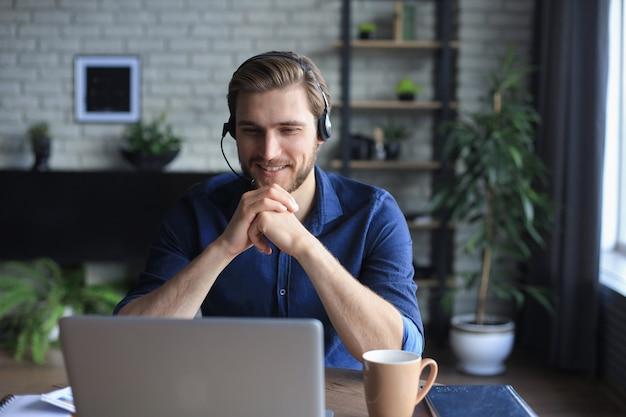 Empresário fala em videochamada com colegas em instruções on-line durante o auto-isolamento e a quarentena. epidemia de gripe e covid-19.