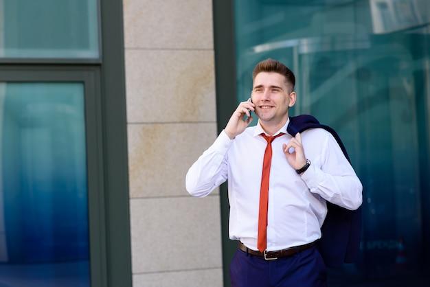 Empresário falando ao telefone com um cliente.