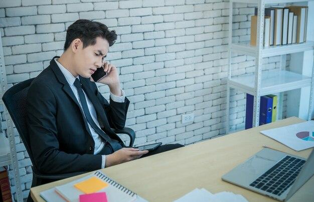 Empresário falando ao telefone em seu escritório