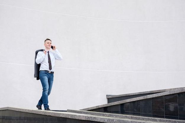 Empresário falando ao telefone enquanto caminhava Foto Premium
