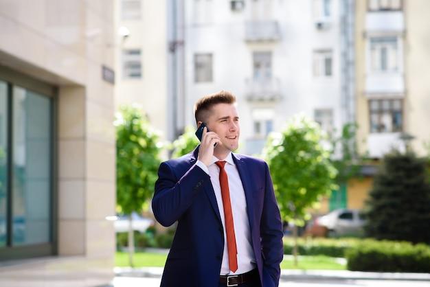 Empresário falando ao telefone.