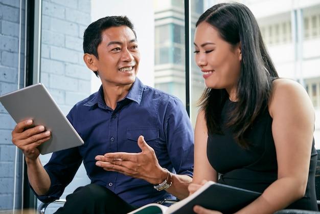 Empresário falando com colega