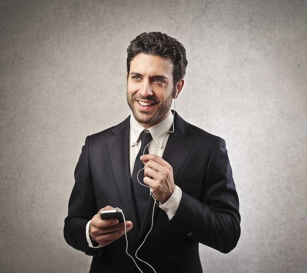 Empresário falando em fones de ouvido