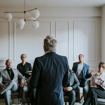 Empresário falando em seminário