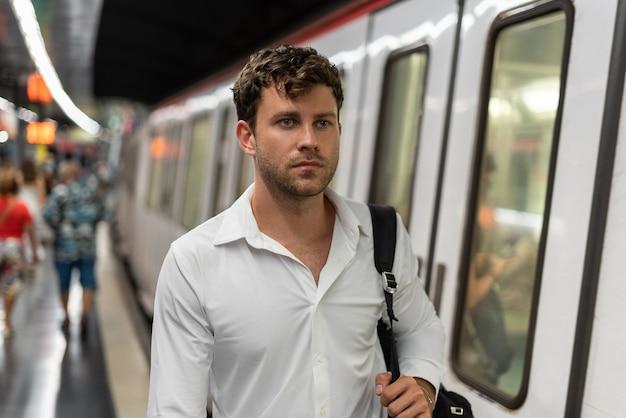 Empresário falando na estação de metrô