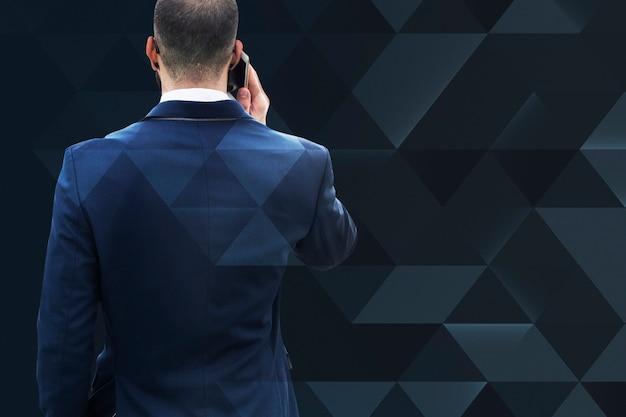 Empresário falando no fundo do telefone