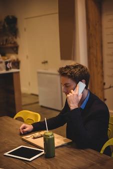 Empresário falando no telefone celular