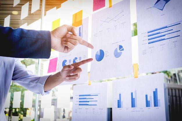 Empresário fazendo a apresentação com seus colegas e estratégia de negócios efeito de camada digital no escritório como conceito.