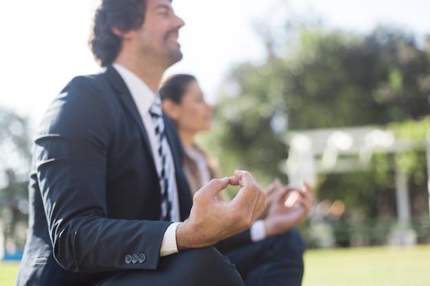 Empresário fazendo exercícios de relaxamento