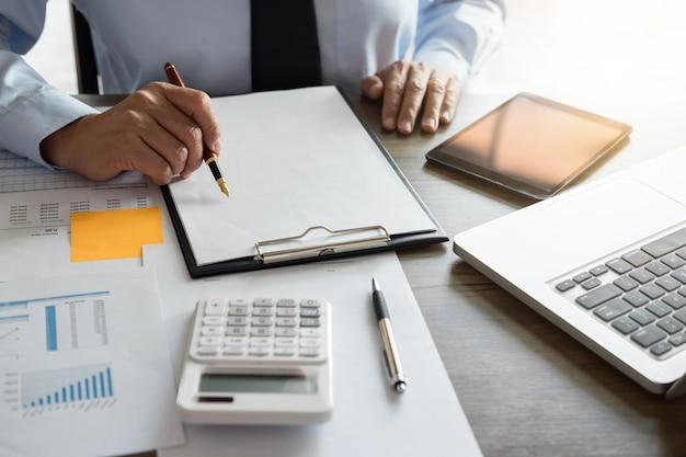 Empresário fazendo finanças