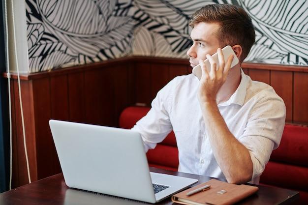 Empresário fazendo ligação