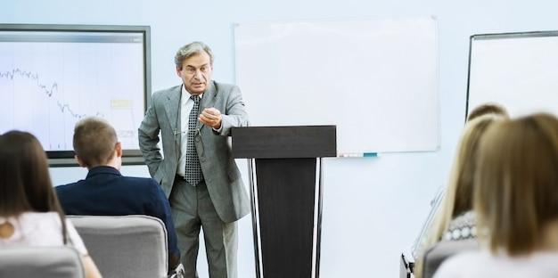 Empresário fazendo uma apresentação na conferência.