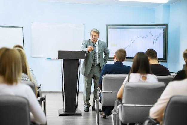 Empresário fazendo uma apresentação no flipchart. conceito de trabalho em equipe
