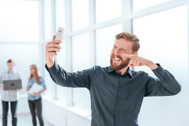 Empresário feliz falando via chat de vídeo em seu smartphone