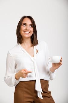 Empresário feminino, beber ponto de café no colega de trabalho, sorrir